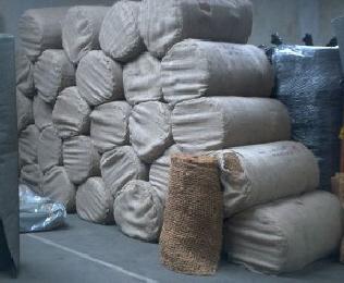 Kokosmatten gibt es in Rollenlängen bis 50 Meter und lassen sich leicht im Teichbau verarbeiten