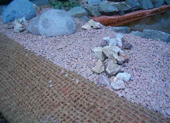 Die kokosmatte schützt die Teichfolie vor spitze Steine und Sonneneinstrahlung.